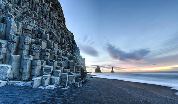 reynisdrangar auf reynisfjara beach - iceland stock-fotos und bilder