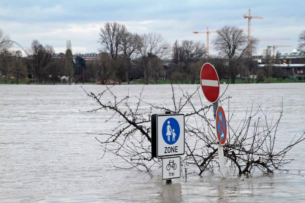 rhein fluss hochwasser in köln - deutsche wetter stock-fotos und bilder