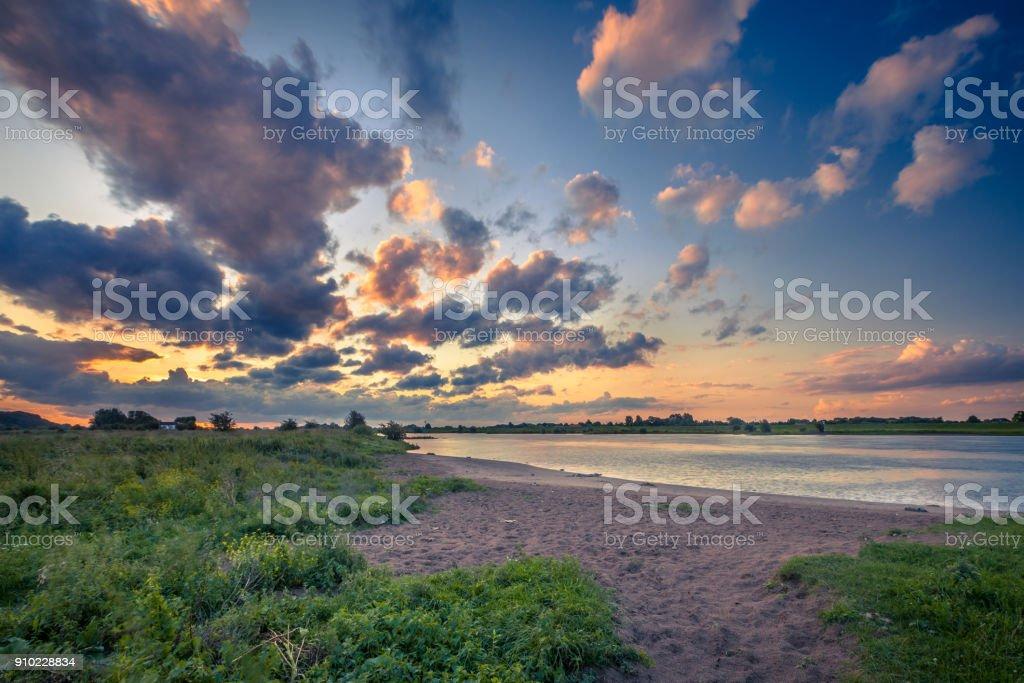 Rhine river bank bij zonsondergang foto