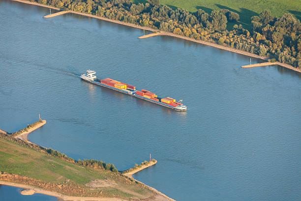 rhein mit frachtschiff im unteren rhein region - rhein stock-fotos und bilder
