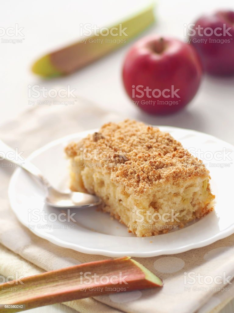 Ruibarbo e apple crumble torta. Bolo de biscoito caseiro decorado com o streusel e molhado hastes de ruibarbo. - foto de acervo