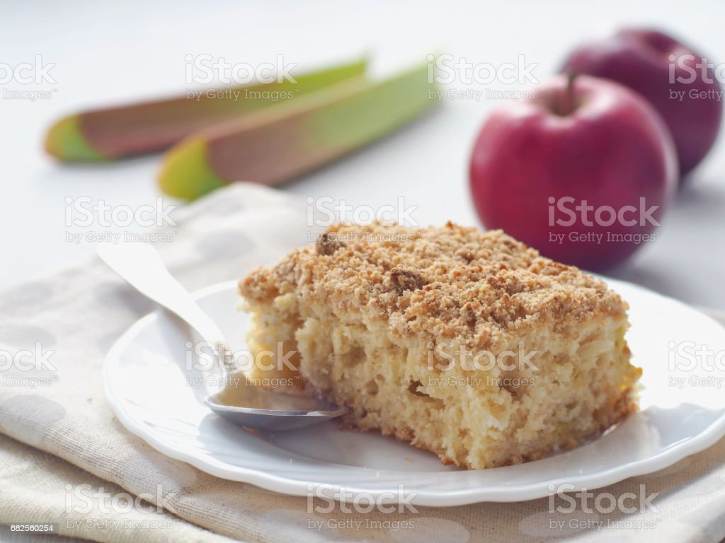 Ruibarbo e apple crumble torta. Bolo de biscoito caseiro decorado com migalhas e molhado hastes de ruibarbo. - foto de acervo