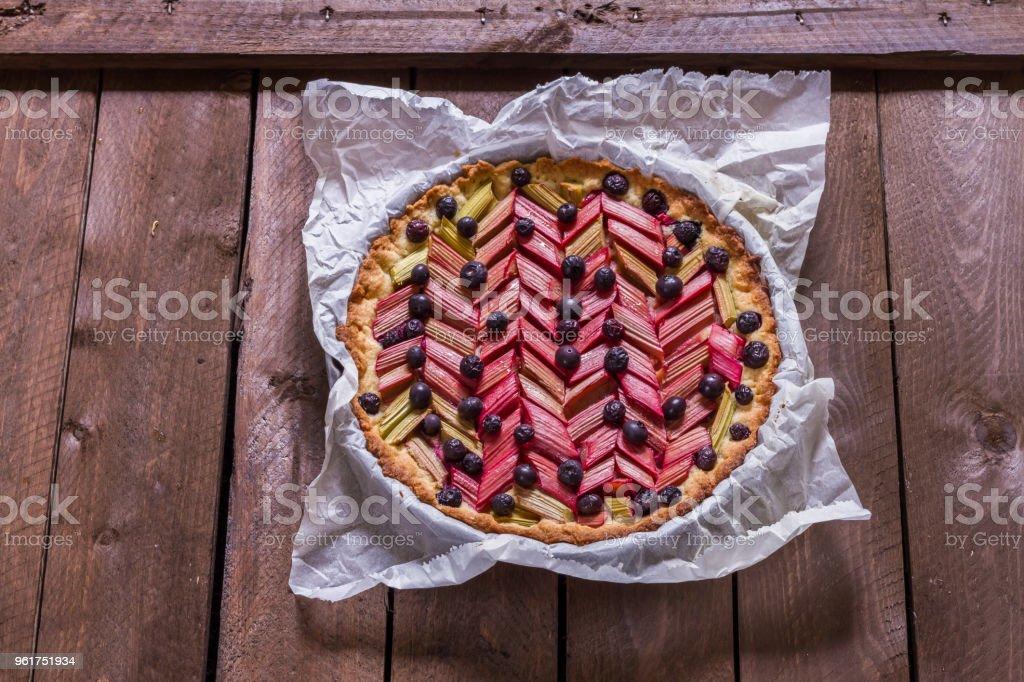 Pastel de ruibarbo y arándano, pastel, tarta. Aislado. Mesa de madera oscura. - foto de stock