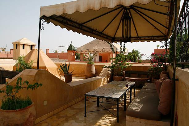 riad in marrakesch - sonnenschirm terrasse stock-fotos und bilder