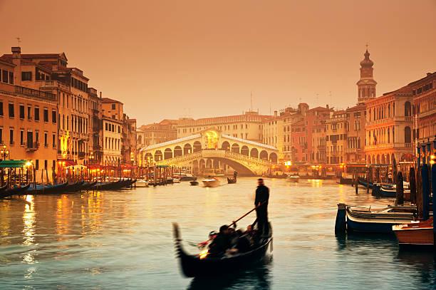 rialto-brücke, venedig-italien - städtetrip stock-fotos und bilder