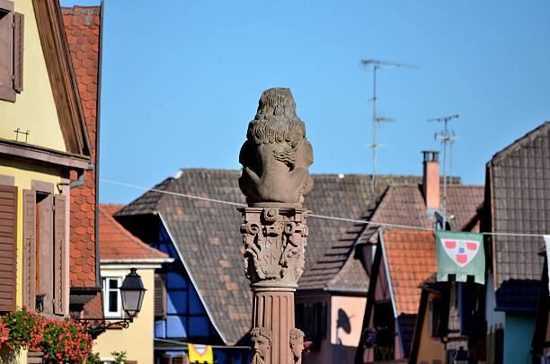 ribeauville, ville médiévale, france: lion, de la place de la république, architecture - république photos et images de collection