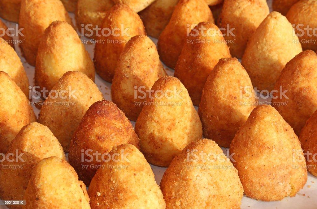 rijst ballen gemaakt met gebakken rijst foto