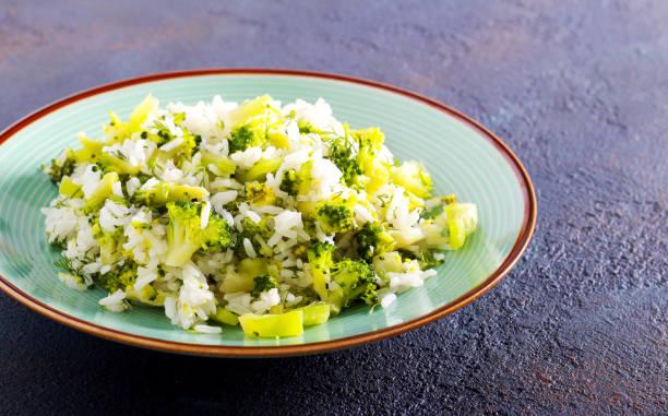 Plato de arroz, brécol y pimienta - foto de stock