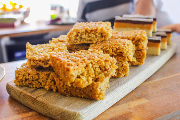 reiskuchen und karamell-schoko-kuchen - low carb süßigkeiten stock-fotos und bilder