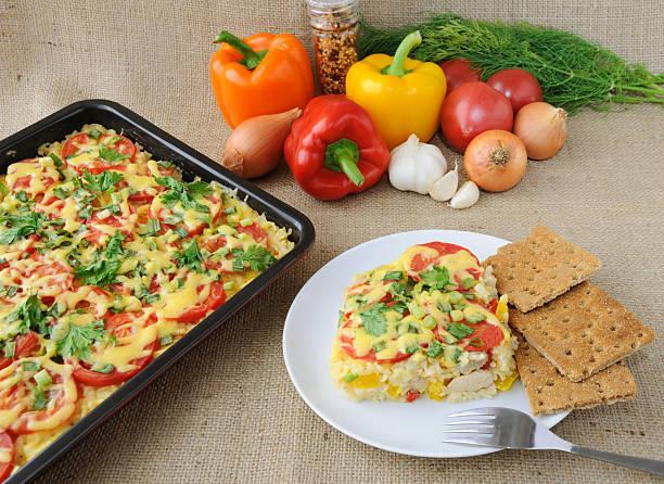reis mit gemüse eintopf mit hühnchen-filet mit tomaten und käse - fenchelauflauf stock-fotos und bilder