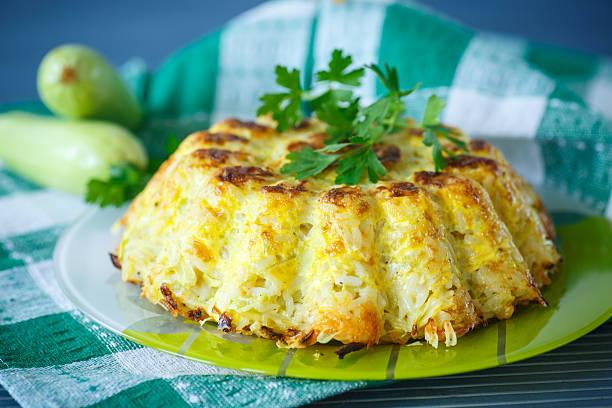 rice auflauf mit zucchini - käse zucchini backen stock-fotos und bilder