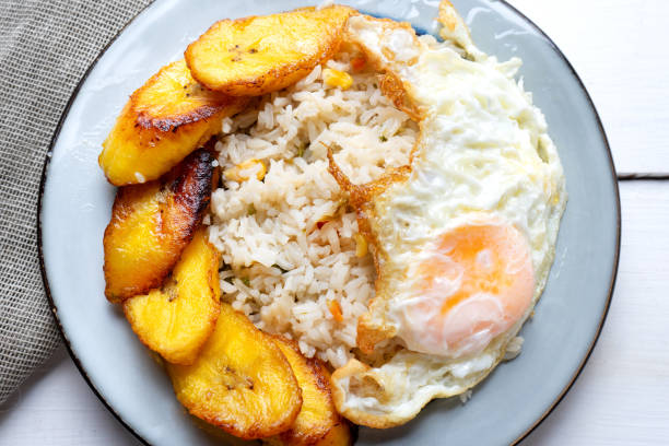 Estilo cubano de arroz com ovo - foto de acervo