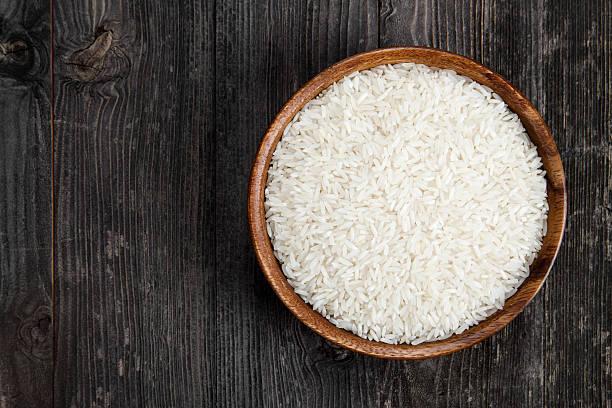 rice in eine hölzerne schüssel - reisgerichte stock-fotos und bilder
