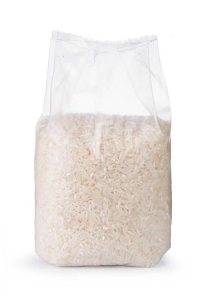 arroz en bolsa de plástico transparente, aislada sobre fondo blanco - arroz comida básica fotografías e imágenes de stock