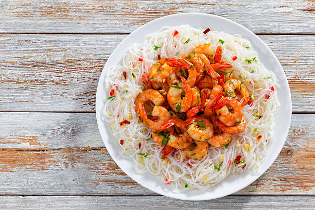 rice noodle and grilled shrimps sprinkled with parsley - pasta deli stock-fotos und bilder