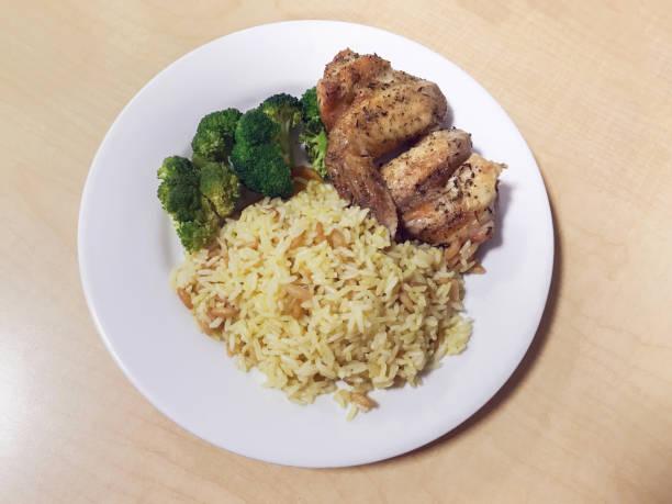Pilaf de arroz, brócoli y pollo para la cena - foto de stock