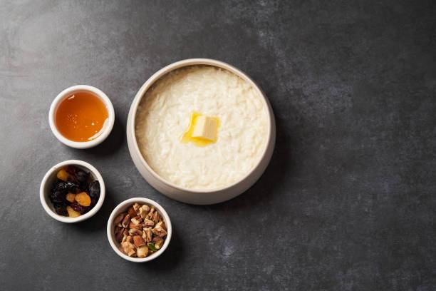 飯粥,碗里加牛奶、葡萄乾、蜂蜜和堅果。圖像檔