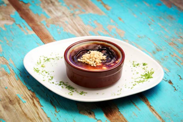 reispudding  - crock pot süßigkeiten stock-fotos und bilder