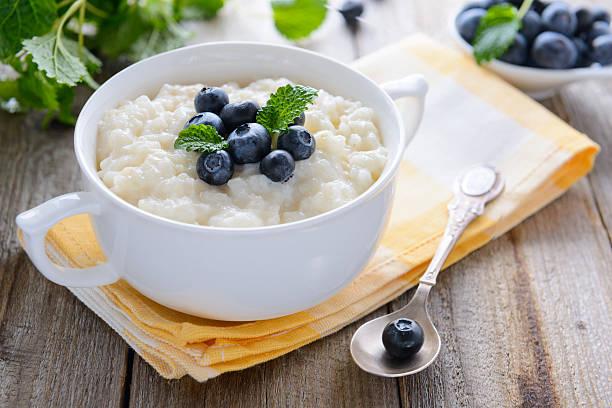 Reispudding mit bilberry in Weiß Schüssel – Foto