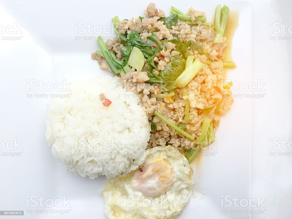 Rice topped with stir fried minced pork and basil, Lizenzfreies stock-foto