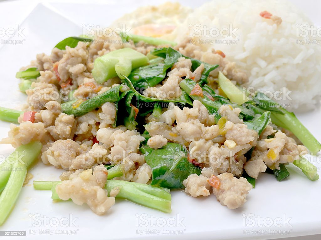 Rice topped with stir fried minced pork and basil, foto stock royalty-free