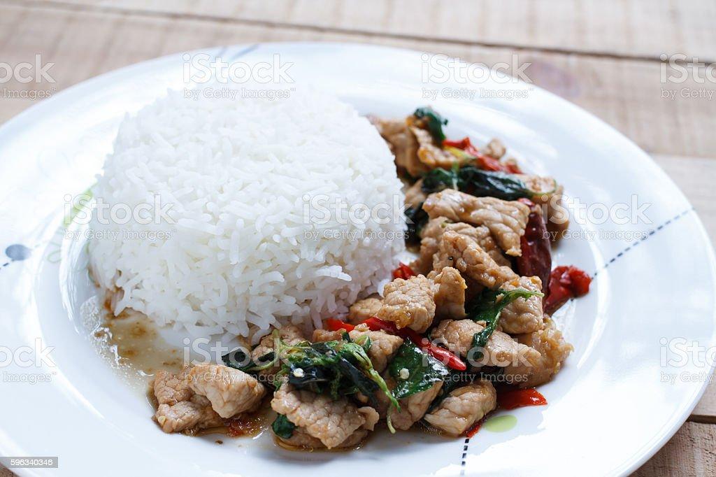 Reis mit gebratenes Schweinefleisch und Basilikum  Lizenzfreies stock-foto