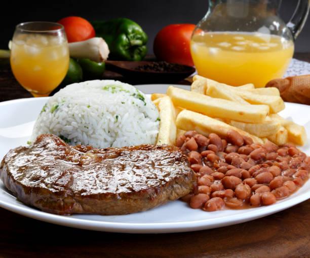 arroz con frijoles y carne - arroz comida básica fotografías e imágenes de stock