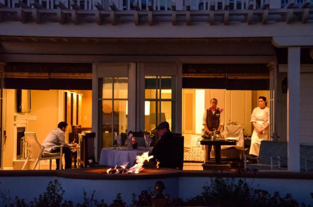 reiche leute im zimmer im berühmten hotel del coronado in der nacht in kalifornien mit privat-köche - kochinsel stock-fotos und bilder