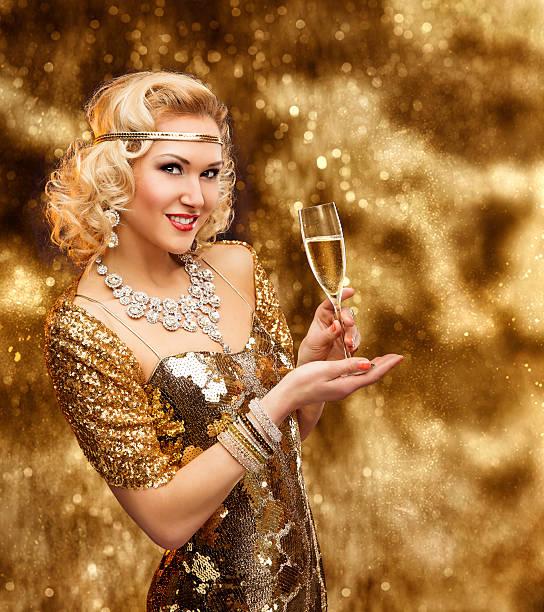 reiche frau glas champagner, retro lady goldenen kleid, vip-mädchen - promi schmuck stock-fotos und bilder