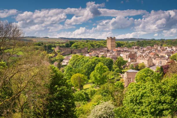 richmond stad en het kasteel - caernarfon and merionethshire stockfoto's en -beelden