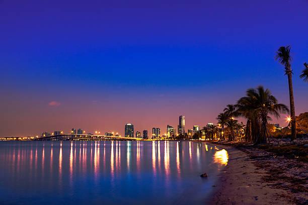 Rickenbacker causeway und der Innenstadt von Miami – Foto