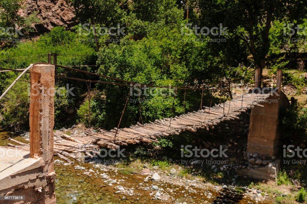 Klapprigen hölzernen Seil Brücke über den Fluss Ourika hoch oben im Atlas-Gebirge in Marokko – Foto