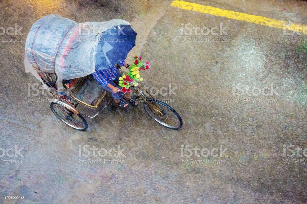Riksja in zware regen in Kathmandu, Nepal - Royalty-free Alleen mannen Stockfoto