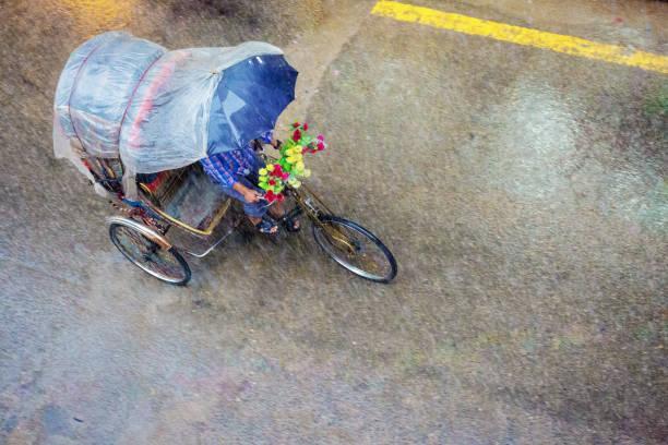 Riksja in zware regen in Kathmandu, Nepal foto