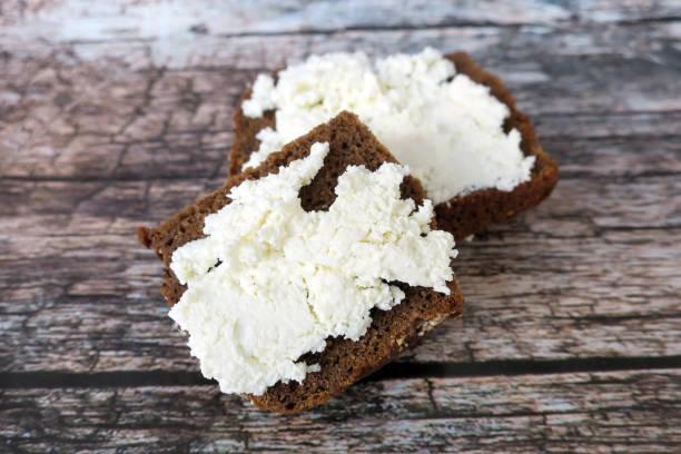 Ricotta auf braunem Brot auf Holzhintergrund – Foto
