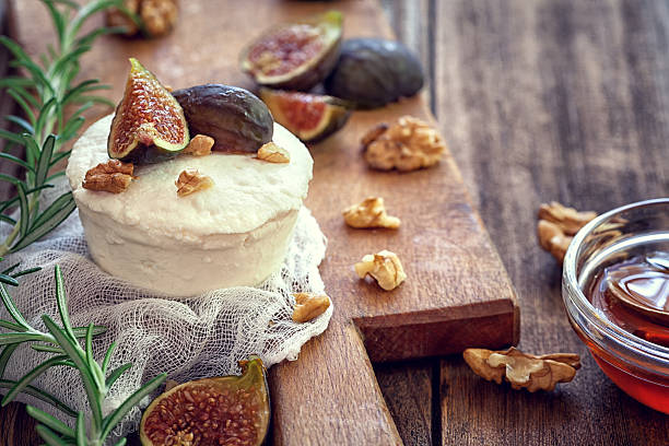 ricotta with ripe sliced fig fruits, nuts and honey - feigen mit ziegenkäse stock-fotos und bilder