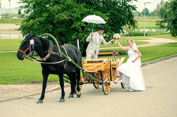 ride und bräutigam in der kutsche - pferdekutsche stock-fotos und bilder