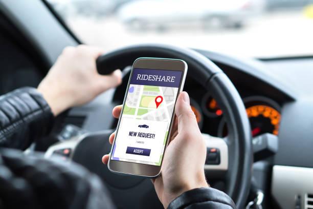 Balade part pilote dans la voiture à l'aide de l'application de covoiturage dans la téléphonie mobile. Demande en taxi nouveau client application smartphone. - Photo