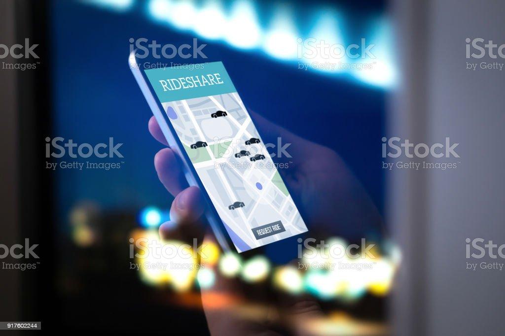 Viaje intercambio y uso compartido de aplicaciones móviles. Rideshare taxi app en pantalla del smartphone. Moderno en línea personas y pasajeros servicio de transporte. - foto de stock