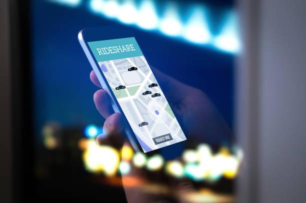 Monter l'application mobile de partage et de covoiturage. Covoiturage taxi app sur l'écran du smartphone. En ligne de personnes et de la banlieue transport service moderne. - Photo
