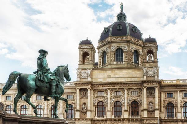 fahrer-skulptur in museumsviertel von wien - kunsthistorisches museum wien stock-fotos und bilder