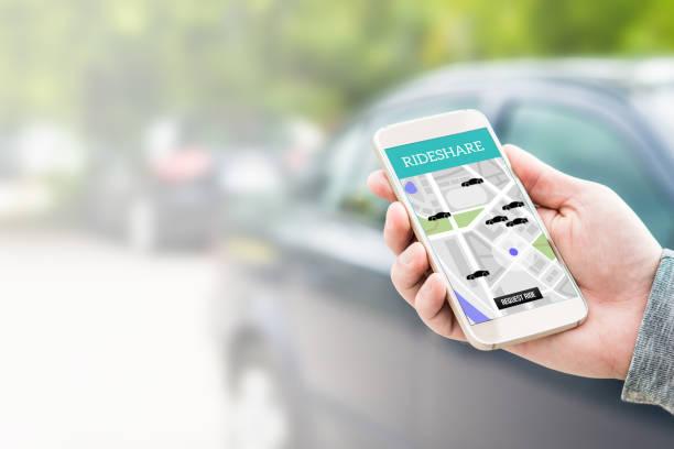 Covoiturage taxi app sur l'écran du smartphone. En ligne trajet covoiturage et partage des applications mobiles. Service de transport de personnes et de la banlieue Modern. Homme tenant le téléphone avec une voiture à l'arrière-plan. - Photo