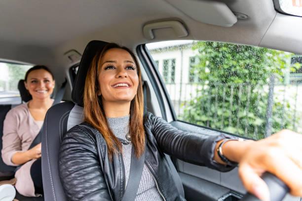 ridesharing - berufsfahrer stock-fotos und bilder