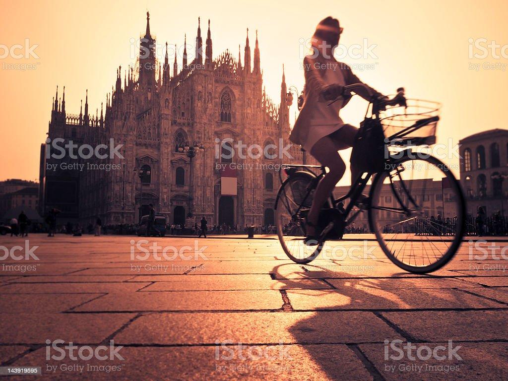 Équitation un vélo dans Milan ville au coucher du soleil - Photo