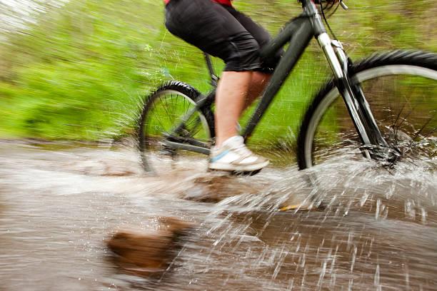 Équitation de vélo sur un jour de pluie. - Photo