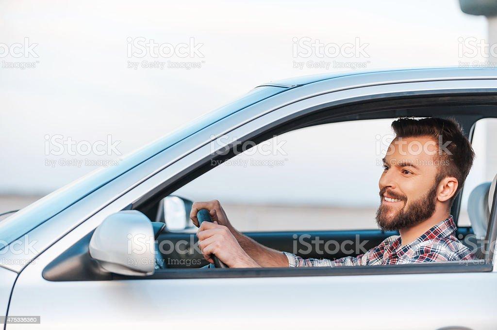 Seine neue Auto zu fahren. – Foto