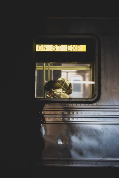 Fahrt new York City U-Bahn mit Gesichtsmaske – Foto