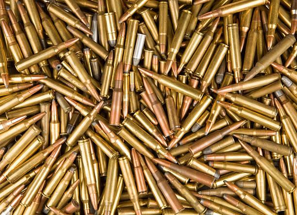 fucile e pistola punto sfondo - proiettile foto e immagini stock