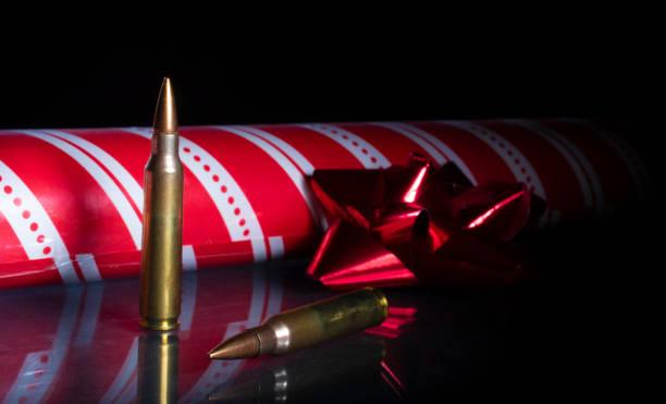 Gewehrkugeln mit Packpapier und Band für Weihnachten – Foto