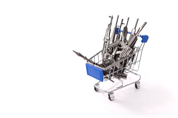 Comercio de armas y rifles en un carrito de compras, negocios - foto de stock
